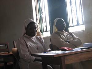 Det er i nogle lande ofte den frivillige kirkelige hjælpeindsats, som anvender NADA. Her er to nonner på NADA-kursus.