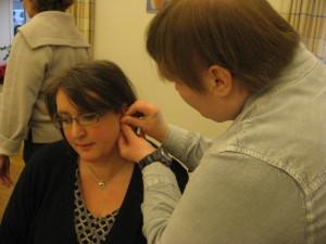 Beboer på Lindevangen træner stikteknik på kontaktperson.