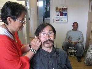 Værestedet for psykisk sårbare i Illulissat i Grønland. Borgerne kan sidde med uden at få nålebehandling og langsomt byde ind, når de føler sig klar.