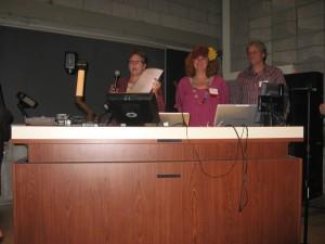 Formand for NADA-USA psykiater Libby Styubt på talerstolen sammen med Mette og Lars ved NADA-konferencen på Yale University, New Haven i 2012.