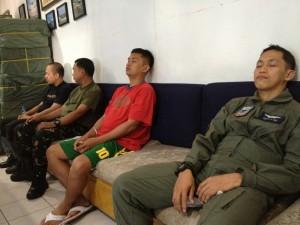 Efter tyfonerne i december 2013 arbejdede luftvåbnet i døgndrift med at flyve nødhjælp ud samt redde overlevende. Piloter lader her op med NADA inden den næste flyvning. Nødhjælpen som skal lastes ses i baggrunden.