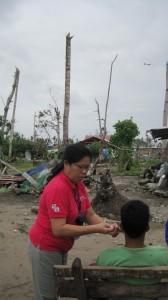Janet Paredes behandler ofre for den seneste tyfon i 2013.